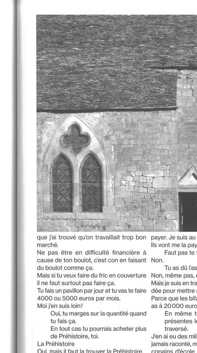 """Les Conversations de Classeur transcrivent littéralement ces échanges et construisent par là même un portrait littéraire de ces personnalités qui nous nourrissent, marqueurs d'une époque et porteurs de racines culturelles. Claude Crouzel est artisan, couvreur lauzier. Les lauzes, ce sont ces dalles de pierre plates, souvent en calcaire ou en grès, utilisées pour la couverture des toitures. Stendhal en donne une défini- tion dans son Journal lorsqu'il décrit les ruelles et passages de la ville de Saluces. Claude Crouzel est également collectionneur, passionné d'art et de Préhistoire.  Le 12 novembre 2015, en Dordogne, dans la brume épaisse d'un après-midi d'hiver. Claude est là-haut, perché sur la toiture d'une modeste chapelle qui borde un cimetière de campagne. Il travaille, silencieusement. Seules les pierres crient sous le choc de son marteau. Les éclats dégringolent le long des façades de la bâtisse, étreinte entre les bras de l'écha- faudage. Nous grimpons puis, après les formules de politesse communes, la conversation débute.  Texte & Image: Simon Campedel & Baptiste Manet, """"Portrait d'artisan, Claude Crouzel"""", extrait de Classeur 01 """"Le Mythe de pierre"""", Editions Cosa Mentale, Paris, 2016, p.73 - © FP01"""